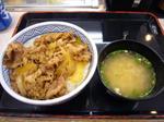 牛丼卵のせ味噌汁付き